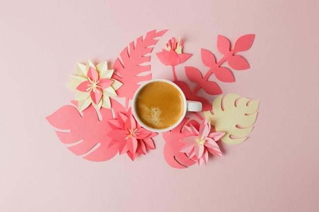 Concepto moderno de desayuno romántico por la mañana: taza de café, café espresso y origami, papercraft, flores
