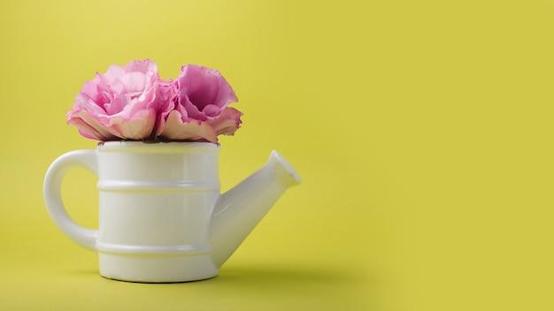 Concepto moderno de flores con regadera