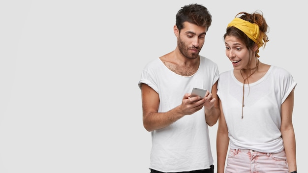 Concepto moderno de tecnología, personas, reacción y comunicación.