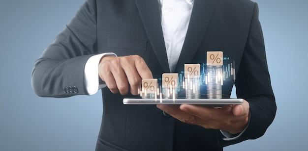 Concepto de moneda y riqueza. montones de dinero en vidrio que representa smartphone