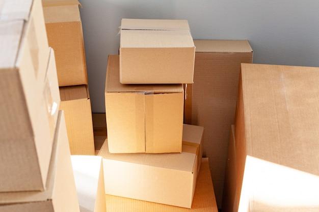 Concepto de mudanza de la casa con cajas de cartón apiladas en una habitación