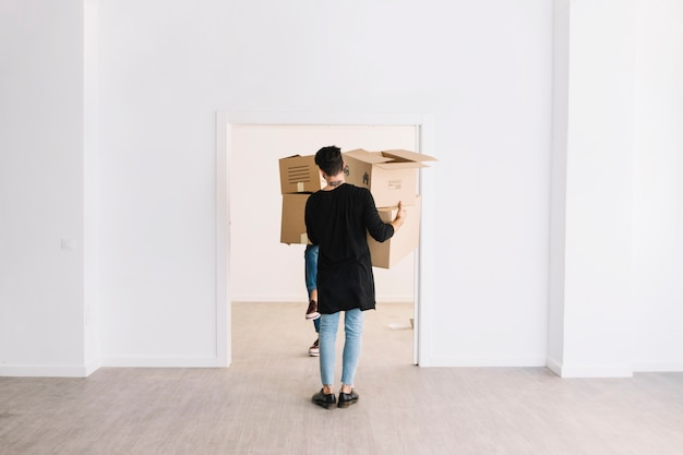 Concepto de mudanza con hombre llevando cajas