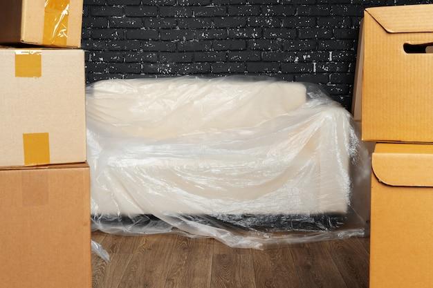 Concepto de mudanza o mudanza, pila de cajas y muebles empacados