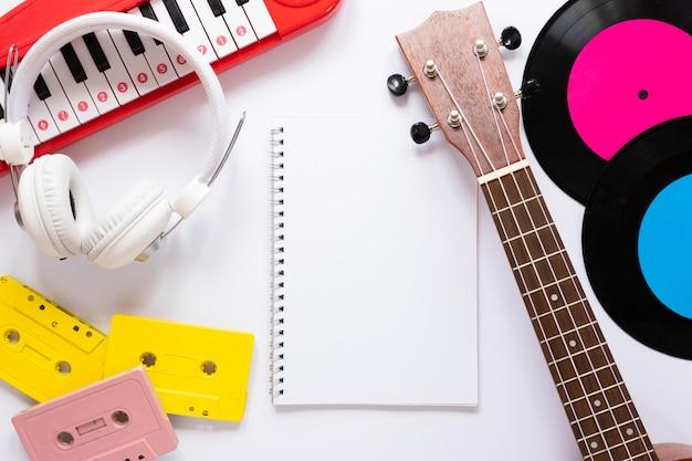 Concepto de música lay flat sobre fondo blanco.