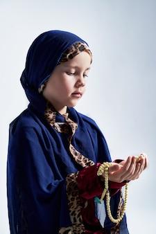 Concepto de musulmanes malayos asiáticos rezando a dios después de recitar el sagrado corán