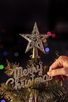 Concepto de navidad: adorno de decoración hermosa colgando del árbol de navidad con punto de luz brillante