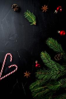 Concepto de navidad con adornos, ramas de abeto