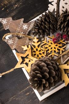 Concepto de navidad decoraciones de madera y piñas