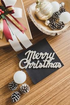 Concepto de la navidad con las decoraciones de la navidad en el fondo de madera.