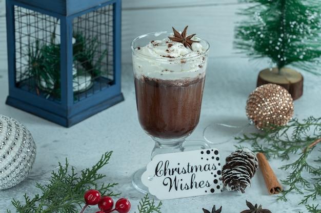 Concepto de navidad. helado en blanco.