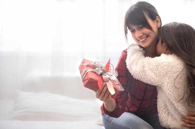 Concepto de navidad, la hija le da un regalo a su madre