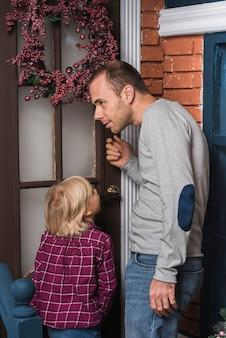 Concepto de navidad con padre tocando la puerta