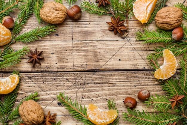 Concepto navideño, mandarinas y palitos de canela con anís y nueces