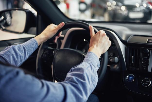 Concepto de negocio de automóviles, venta de automóviles, consumo y personas