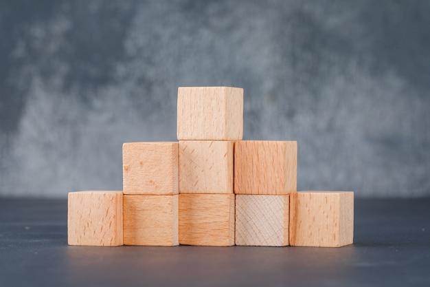 Concepto de negocio con bloques de madera como escaleras.