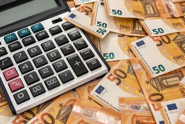 Concepto de negocio y cambio con calculadora y efectivo en euros. economía