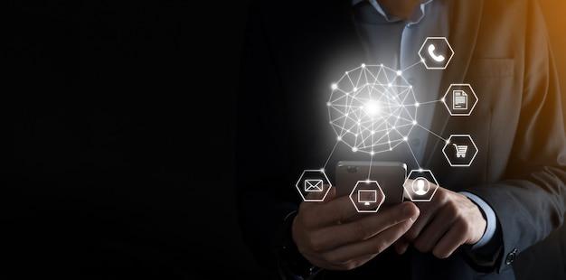 Concepto de negocio cerca del hombre mediante teléfono inteligente móvil e icono infográfico de tecnología comunitaria digital