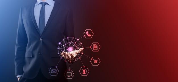 Concepto de negocio cerca del hombre mediante teléfono inteligente móvil y el icono de infografía de la comunidad