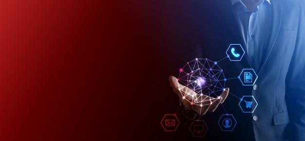 Concepto de negocio cerca del hombre mediante teléfono inteligente móvil y el icono de infografía de la tecnología de la comunidad digital.