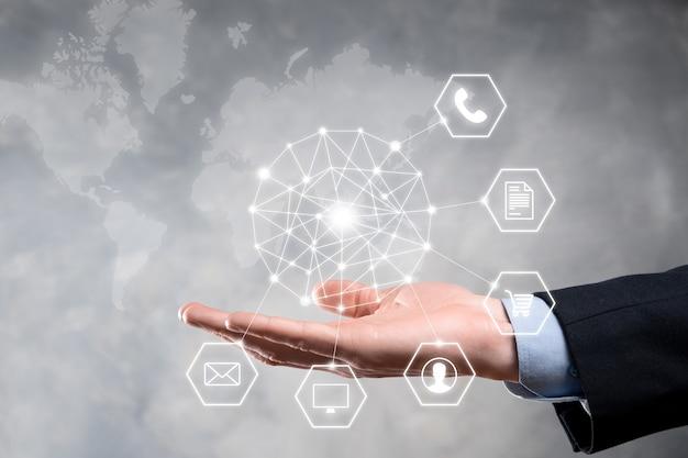 Concepto de negocio cerca del hombre con teléfono inteligente móvil y el icono de infografía de tecnología comunitaria digital. concepto de alta tecnología y big data. imagen tonificada.