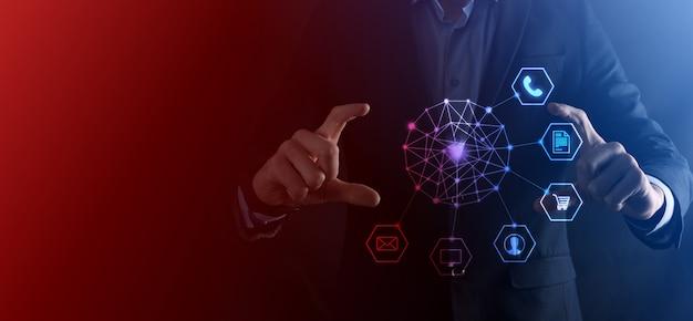Concepto de negocio cerca del hombre mediante teléfono inteligente móvil y el icono de infografía de la tecnología comunitaria digital. concepto de alta tecnología y big data. imagen tonificada.