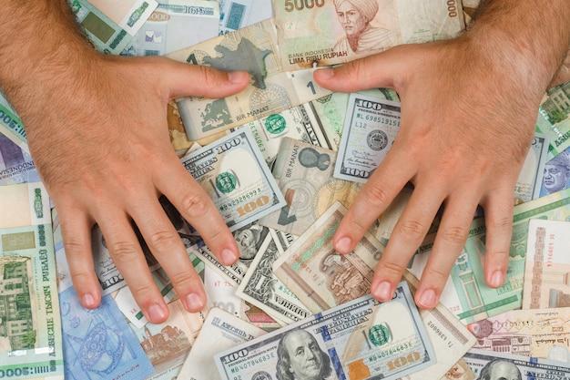 Concepto de negocio y contabilidad en plano. hombre poniendo las manos sobre el dinero.