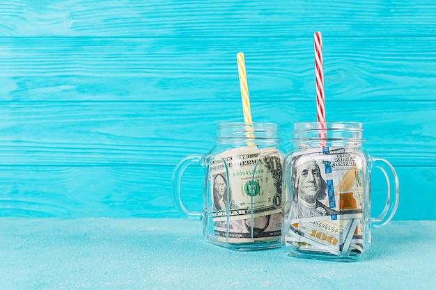 Concepto de negocio. dinero en frasco. crisis, devaluación, ahorrar dinero.
