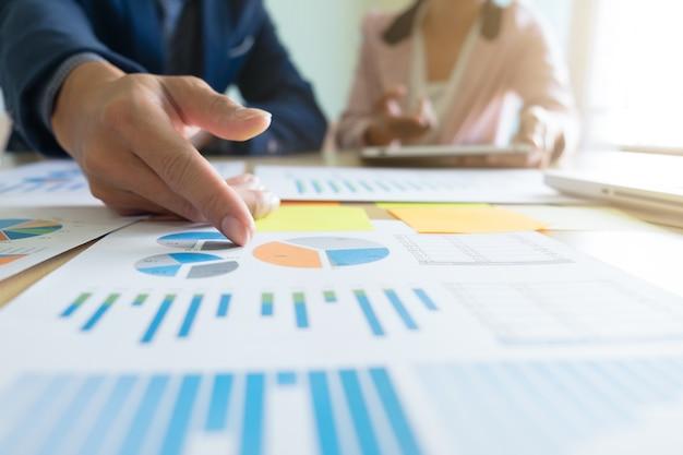 Concepto de negocio discutiendo gráficos que muestran los resultados de su