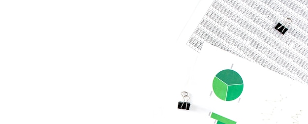 Concepto de negocio. documentación financiera, diagrama verde y azul sobre fondo blanco.