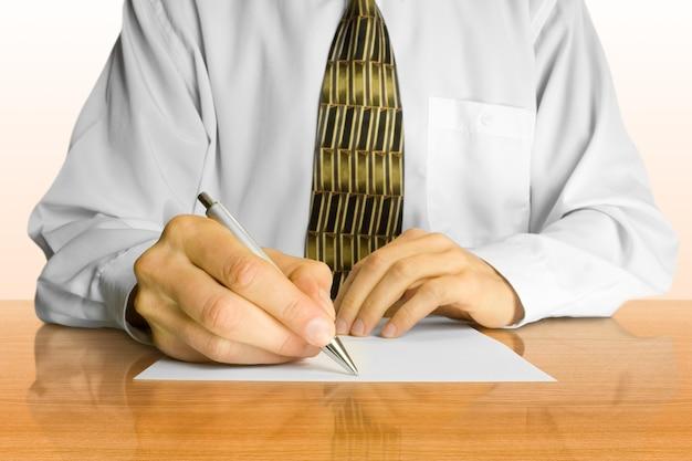 Concepto de negocio. el empresario escribe una pluma en un papel vacío