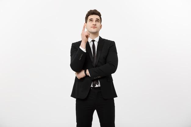 Concepto de negocio: empresario guapo con un dedo apuntando hacia arriba aislado sobre fondo blanco.