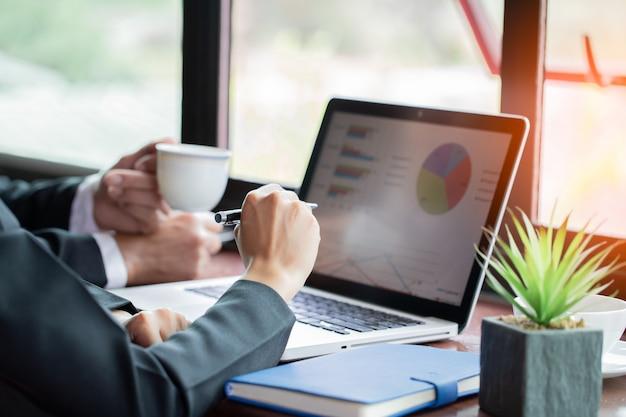 Concepto de negocio. equipo de negocios con documentos que tienen discusión en la oficina