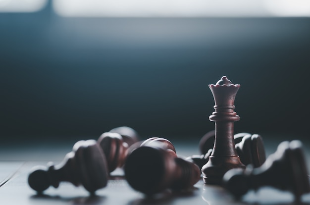 Concepto de negocio y estrategia, juego de tablero de ajedrez en la oscuridad
