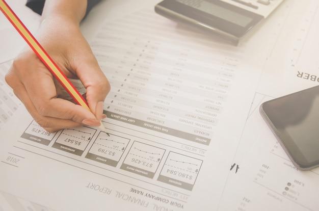 Concepto de negocio financiero y contable con hoja de papel de datos de planificación.