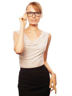 Concepto de negocio, finanzas y personas: mujer de negocios joven con gafas