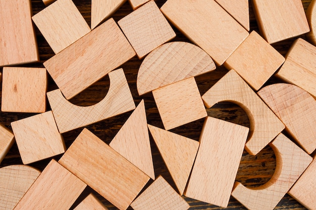 Concepto de negocio con formas geométricas de madera en primer plano de la mesa de madera.