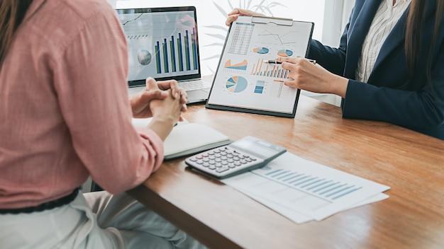 Concepto de negocio. gente de negocios discutiendo las tablas y gráficos que muestran los resultados de su exitoso trabajo en equipo.