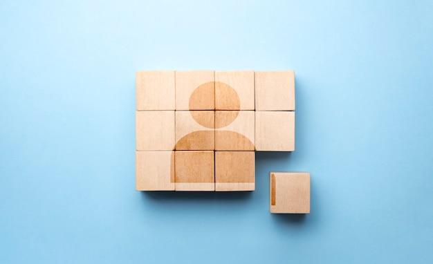 Concepto de negocio de gestión y contratación de recursos humanos, bloque de cubo de madera en la pirámide superior, espacio de copia