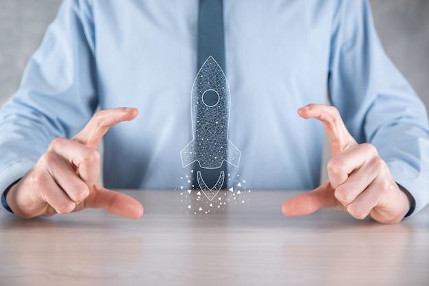 Concepto de negocio de inicio, empresario con cohete transparente de icono se está lanzando y se dispara volando desde la pantalla con conexión de red en la pared oscura.
