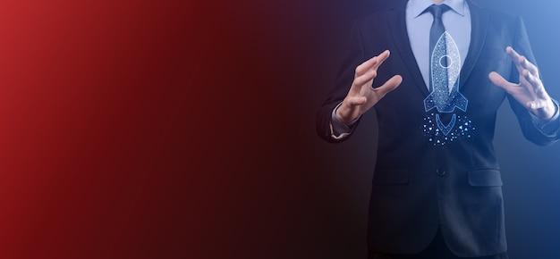 Concepto de negocio de inicio empresario sosteniendo tableta e icono de cohete