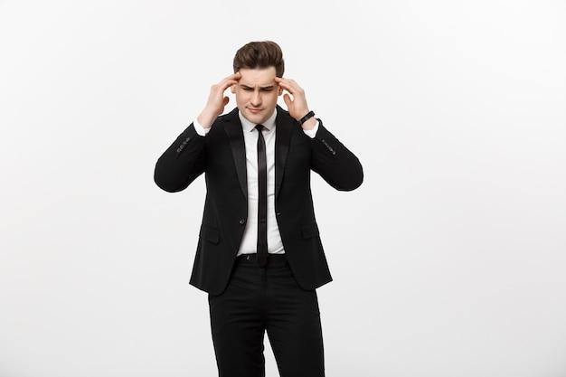 Concepto de negocio joven empresario guapo con dolor en las sienes foto de hombre que sufre de estr ...