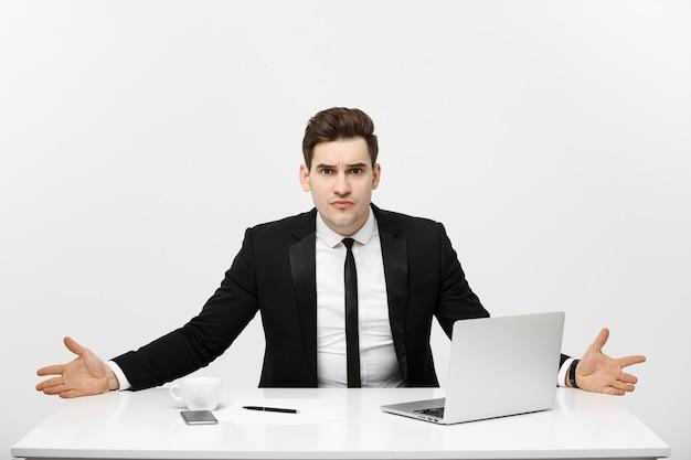 Concepto de negocio joven empresario que trabaja en la oficina brillante sentado en el escritorio usando la computadora portátil con seriou ...