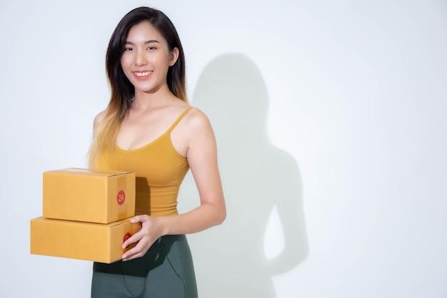 Concepto de negocio los jóvenes están empacando sus paquetes para entregarlos a los clientes.