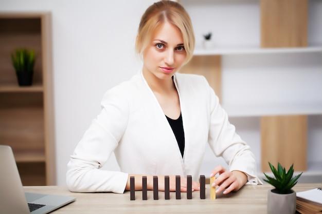 Concepto de negocio, la mujer construye una estrategia de desarrollo de la empresa a partir del cubo de madera