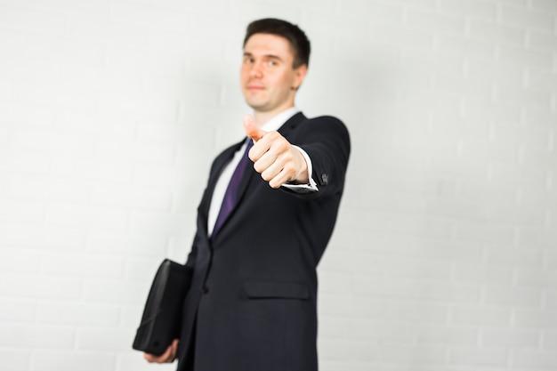 Concepto de negocio y oficina - buisnessman guapo mostrando los pulgares para arriba
