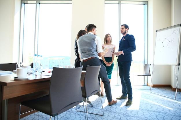 Concepto de negocio y oficina - equipo de negocios feliz en la oficina.