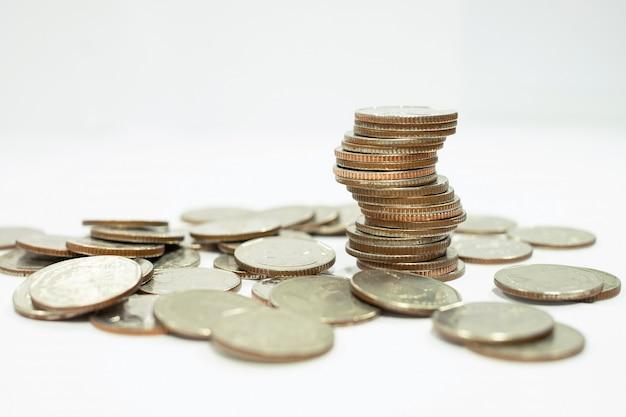 Concepto de negocio de la pila de monedas para hacer o ahorrar dinero en la inversión