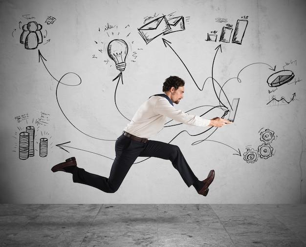 Concepto de negocio rápido con empresario corriendo con una computadora portátil
