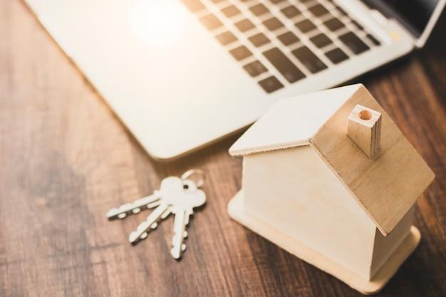 Concepto de negocio residencial y residencial de bienes raíces, modelo de casa y lugar de llaves en mesa de madera