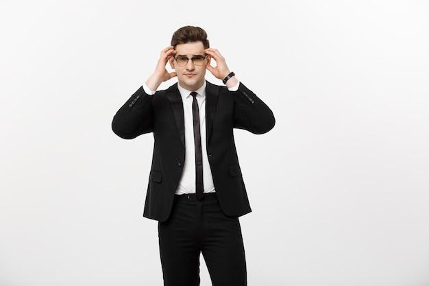 Concepto de negocio: retrato apuesto joven empresario con gafas aisladas sobre fondo blanco.